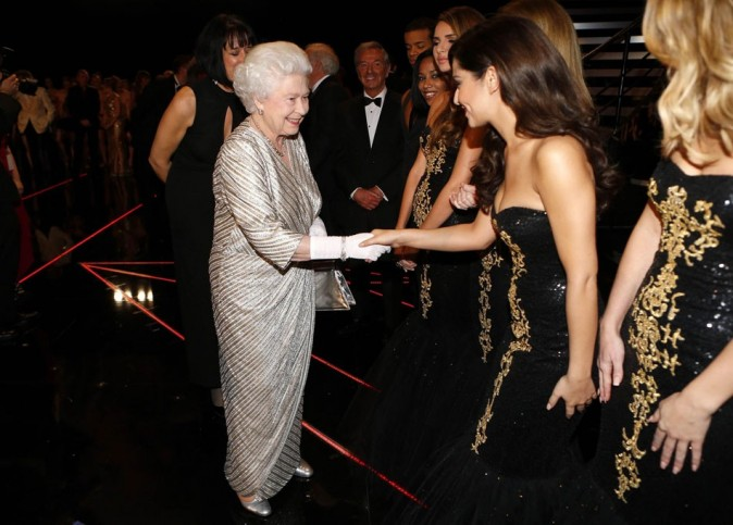 Cheryl Cole au Royal Albert Hall de Londres le 19 novembre 2012 avec la Reine Elizabeth et les Girls Aloud