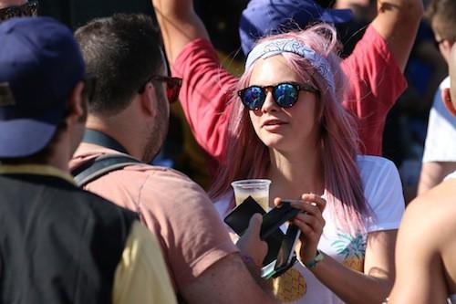 Photos : cheveux roses et sourcils ratés, Cara Delevingne fait encore le buzz !