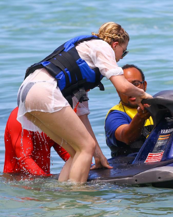 Chloë Moretz le 2 août 2014 sur une plage à Miami avec sa famille.
