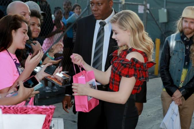 """Chloë Moretz prend un bain de foule à Los Angeles avant de rejoindre le plateau du """"Jimmy Kimmel Live !"""", le 6 août"""