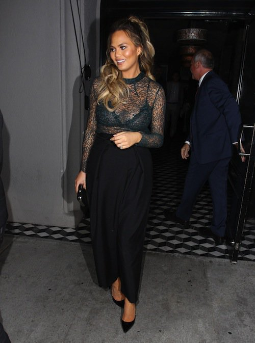 Photos : Chrissy Teigen enceinte : niveau dentelle, elle surpasse Kim Kardashian !