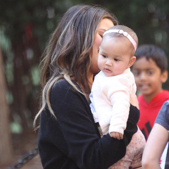Photos : Chrissy Teigen : maman gaga, elle est dingue de sa fille !