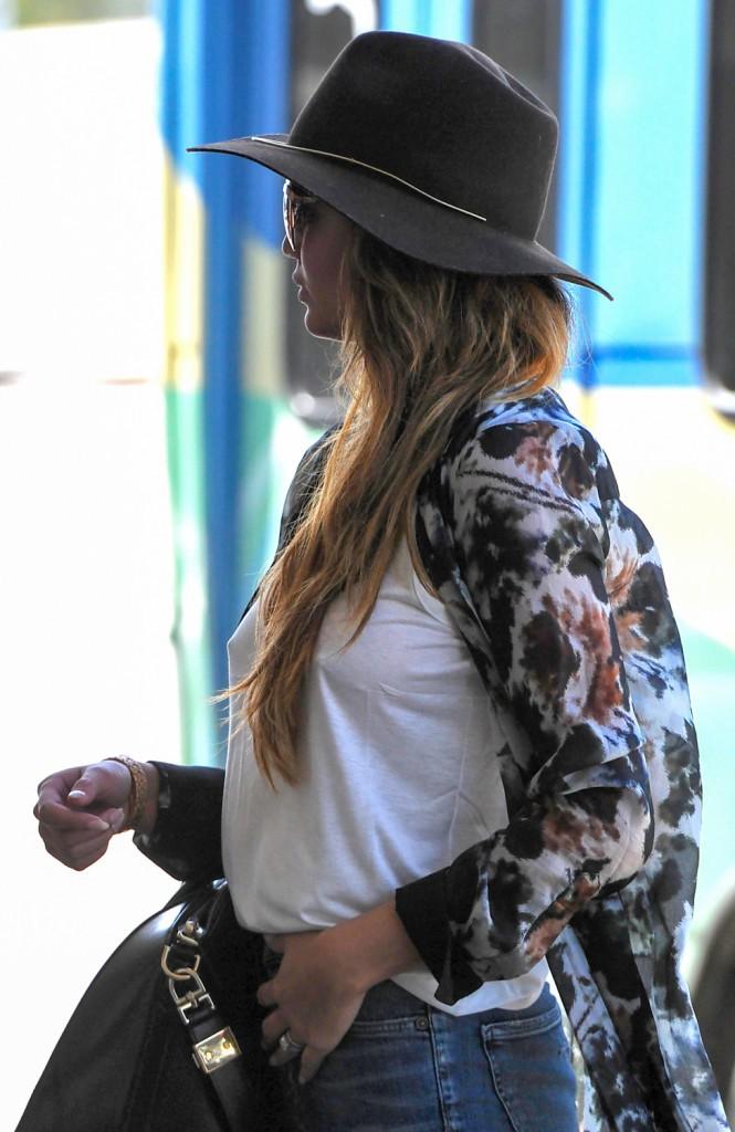 Photos : Chrissy Teigen : un look casual chic après les paillettes du red carpet !