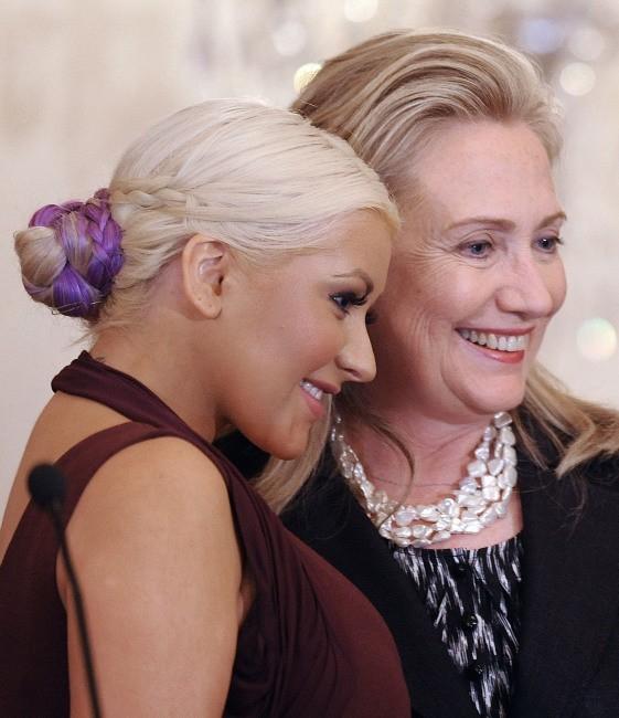Christina Aguilera et Hillary Clinton lors de la cérémonie 2012 du prix George McGovern Leadership Award à Washington DC, le 3 octobre 2012.