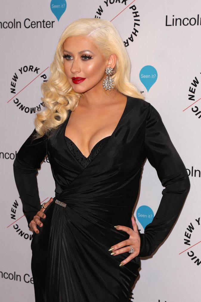 Photos : Christina Aguilera : décolleté plongeant et bouche rouge, elle joue les femmes fatales