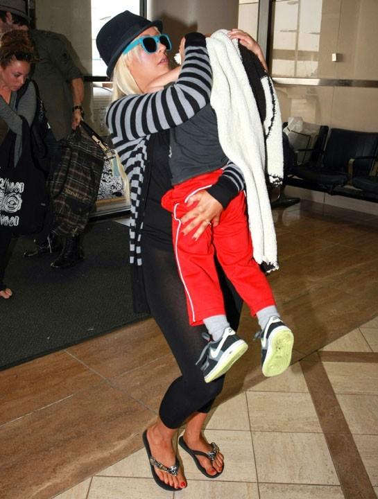 Christina Aguilera et son fils Max à l'aéroport de Los Angeles, le 23 août 2011.