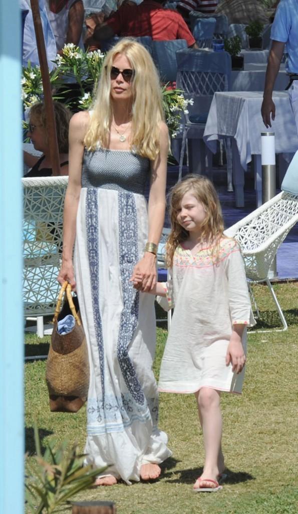 Claudia Schiffer, son mari Matthew Vaughn et leurs filles Clementine et Cosima Violet en vacances à Marbella, le 10 Juin 2013