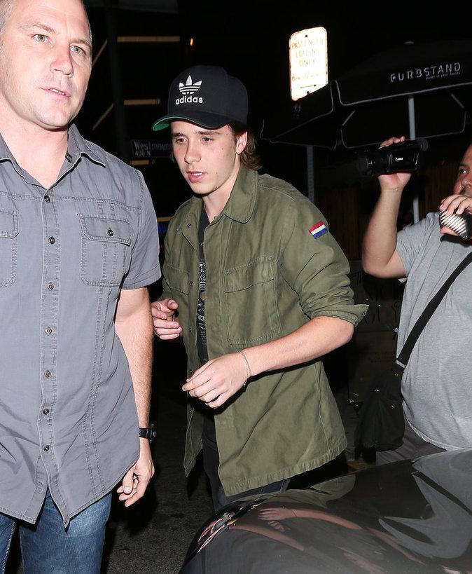 Brooklyn Beckham sort d'un restaurant avec son ami Cody Simpson à Los Angeles cette semaine