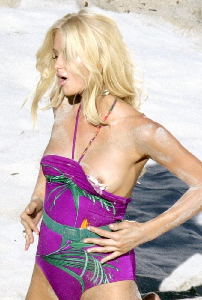 Photos : leçon n°2 pour briller à la plage : faire du topless comme Paris !
