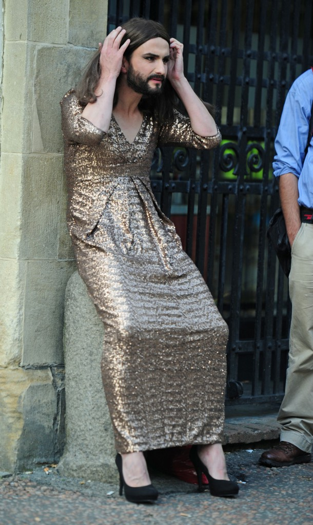 "Photos : Conchita Wurst : en vraie star, la ""queen"" barbue a déjà son sosie !"