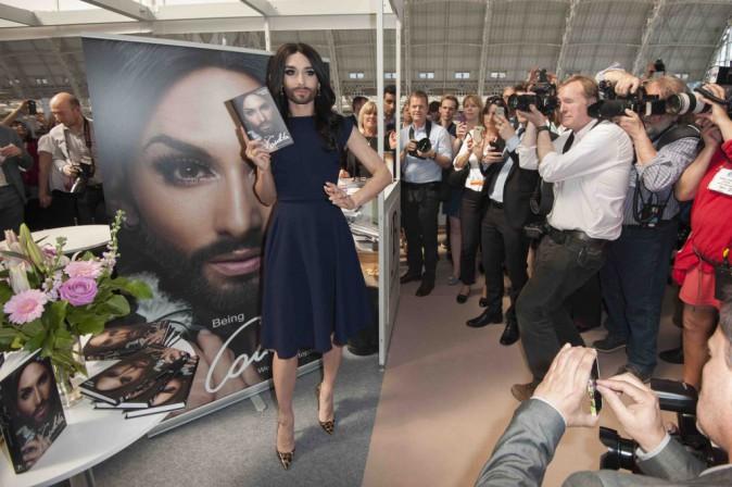 Conchita Wurst : plus élégante que jamais pour une séance de dédicaces !