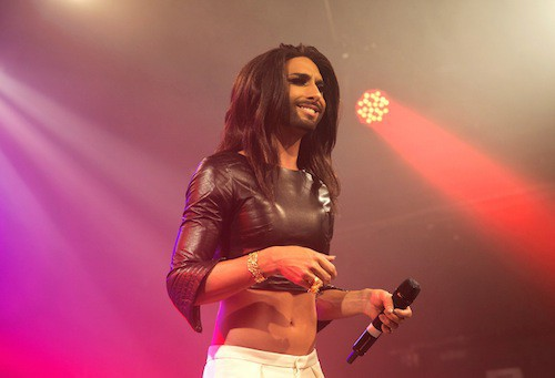 Photos : Conchita Wurst : robe de princesse et crop top pour ses concerts anglais !