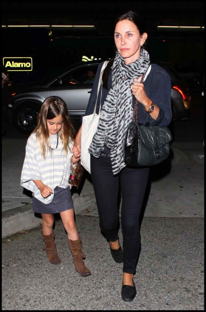 Courteney Cox et sa fille Coco à l'aéroport de Los Angeles, le 7 avril 2011.