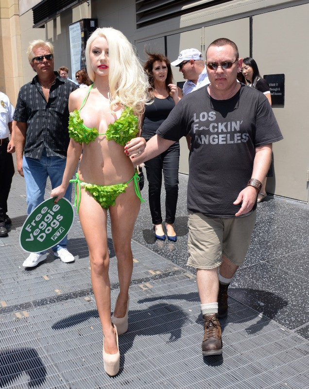 Courtney Stodden et son mari Doug en promo pour la PeTA à Los Angeles, le 31 juillet 2013.