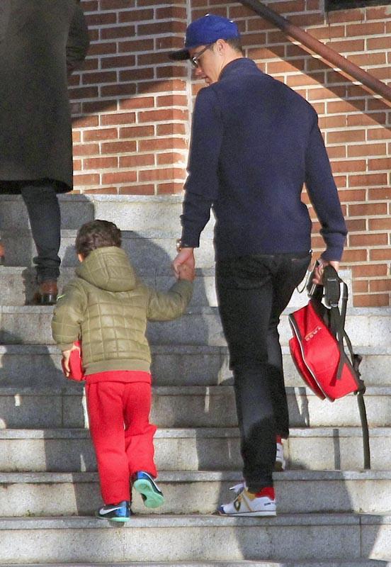Cristiano Ronaldo amène son fils à l'école, à Madrid