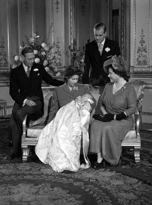 Le prince Charles avec ses parents et grands-parents