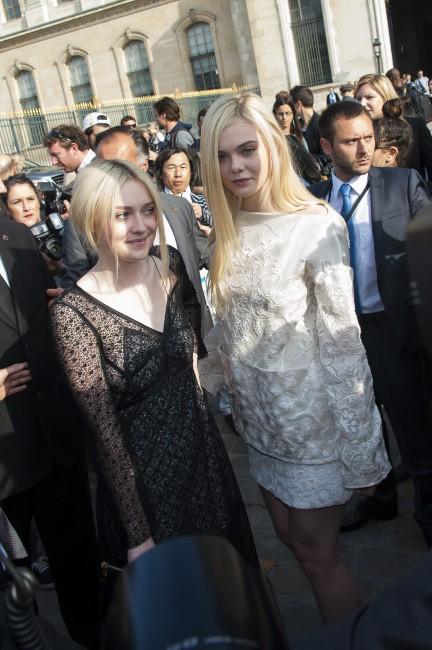 Dakota et Elle Fanning lors du défilé Louis Vuitton à Paris, le 2 octobre 2013.