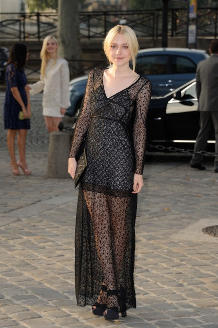 Dakota Fanning lors du défilé Louis Vuitton à Paris, le 2 octobre 2013.