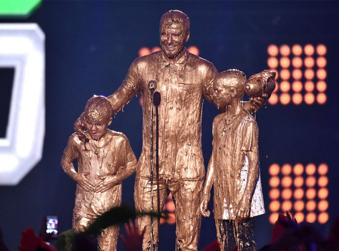 Photos : David Beckham : papa complice avec ses fils… Un trio craquant aspergé d'or aux Kids' Choice Sports Awards !