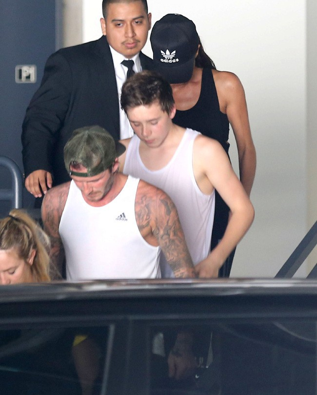 Victoria, David et Brooklyn Beckham à la sortie d'une salle de sport de West Hollywood le 26 octobre 2013
