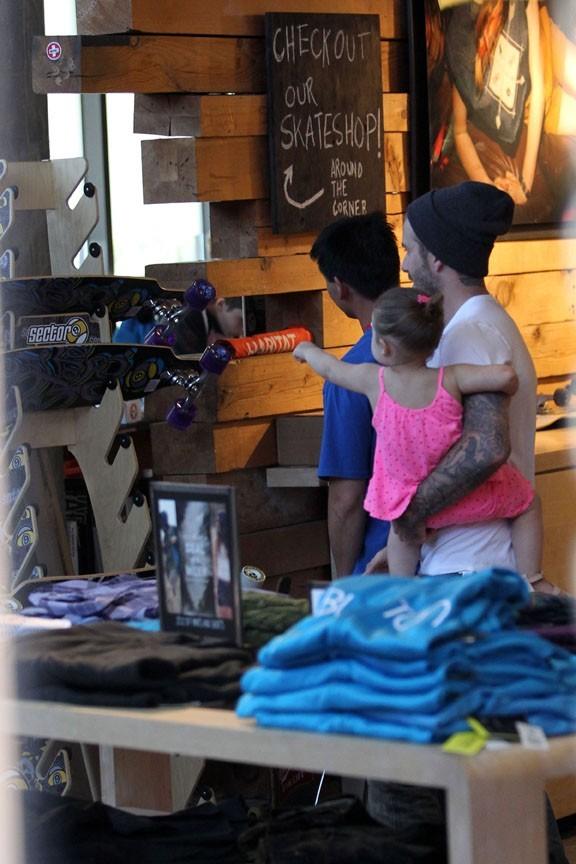 David Beckham dans une boutique de Los Angeles avec ses enfants le 28 mai 2013