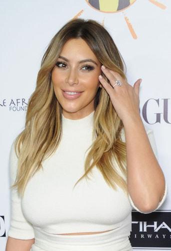 La belle et grosse bague de fiançailles de Kim Kardashian !