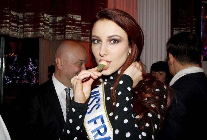 En plein hiver, Miss France 2012 dévore un cornet de glace !