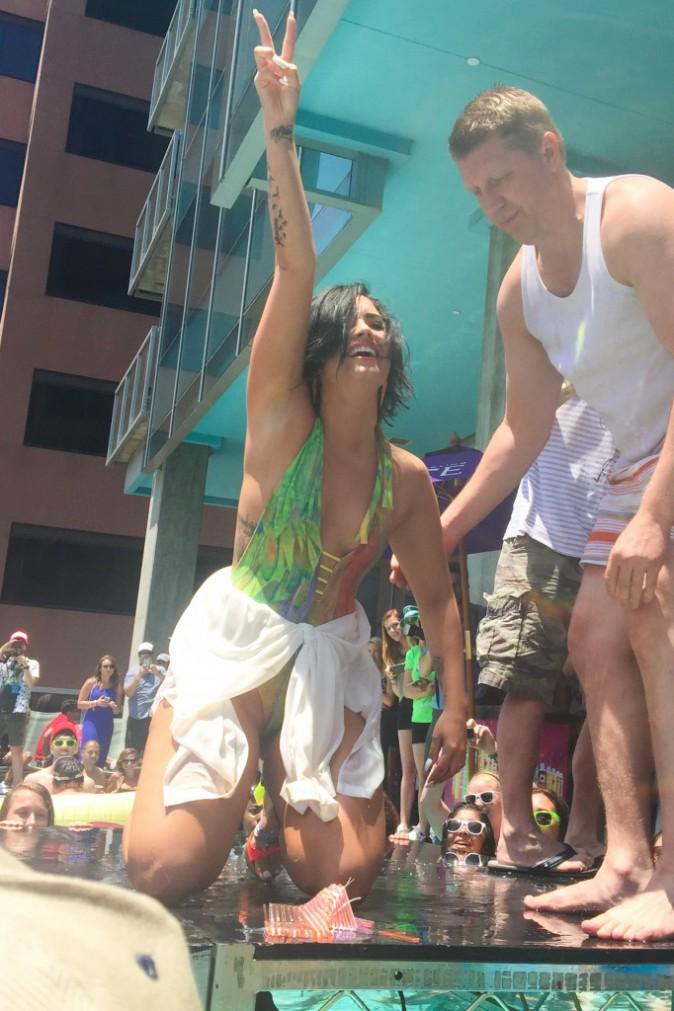 Photos : Demi Lovato chute lourdement en plein concert !