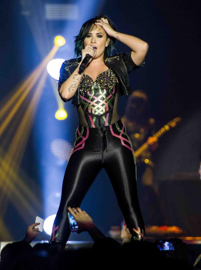 Demi Lovato : fière sur scène, elle fond en larmes en coulisses !