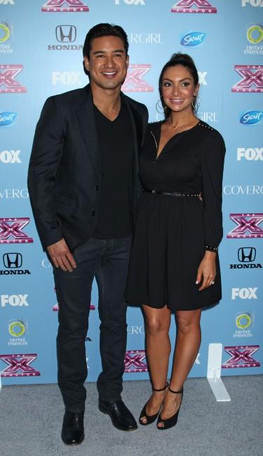 """Mario Lopez et sa femme Courtney lors d'un événement """"X Factor"""" à Los Angeles, le 4 novembre 2013."""