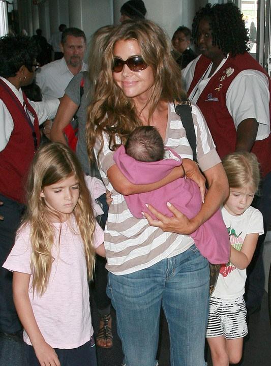 Denise Richards, entourée de ses fillettes et de sa petite merveille !