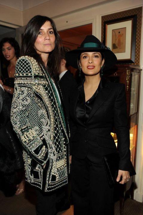 Emanuelle Alt et Salma Hayek lors du dîner Versace Eyewear à Paris, le 23 janvier 2012.