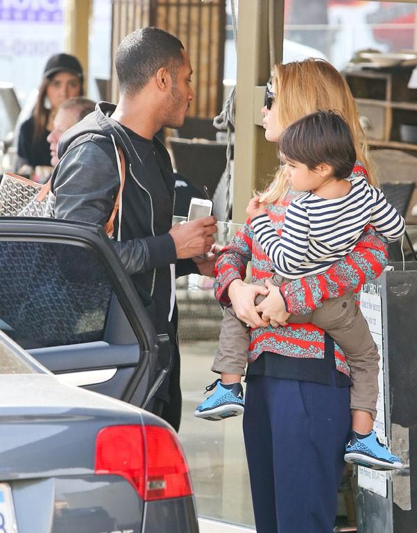Doutzen Kroes en famille à West Hollywood le 18 février 2014