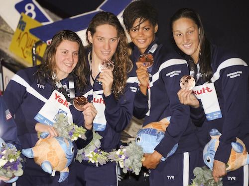 Camille Muffat remporte l'or avec ses coéquipières lors des chmapionnats de Barcelone en août 2013