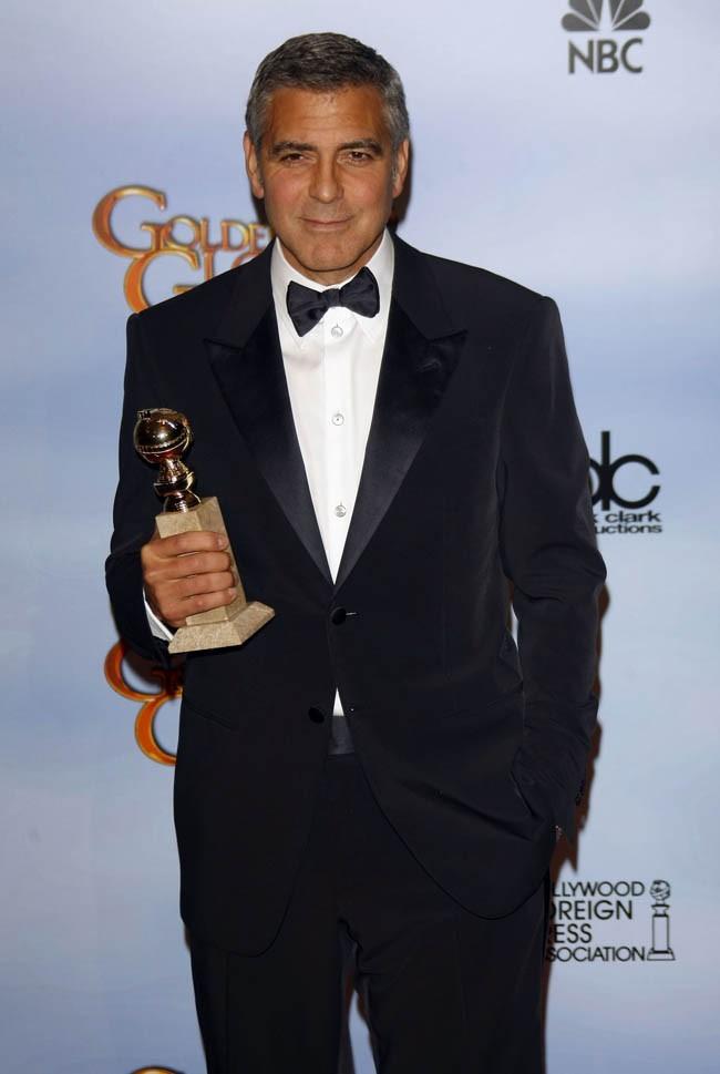 George Clooney, costard et Golden Globe à la main...