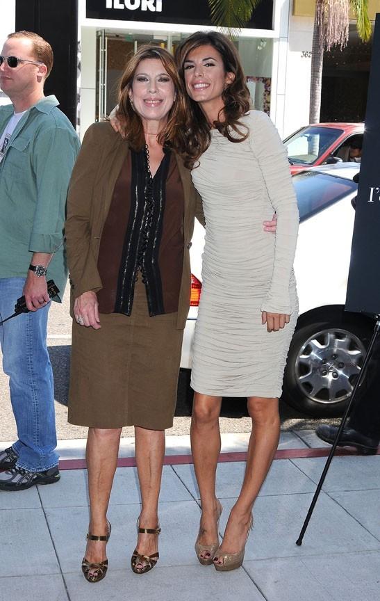 Elisabetta Canalis et sa maman Bruna à Los Angeles, le 13 septembre 2011.