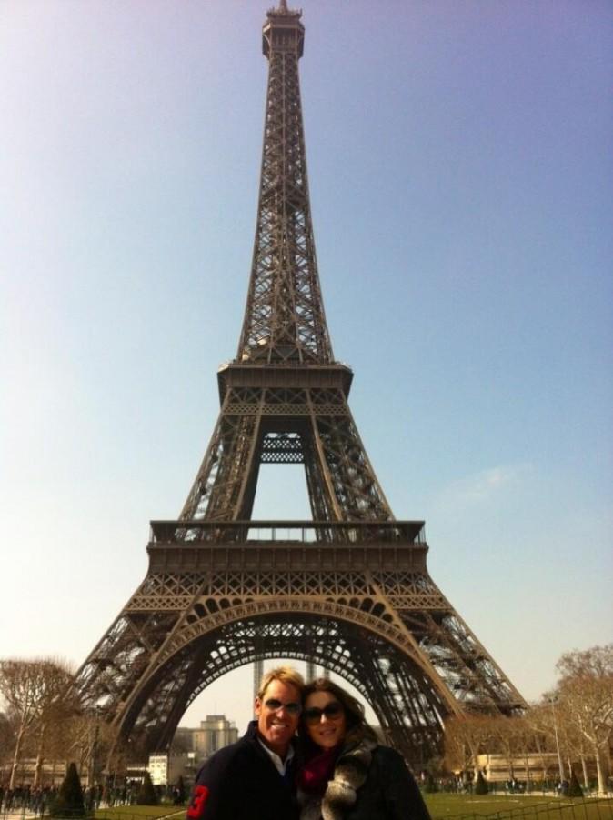 Elizabeth et Shane en amoureux sous la tour Eiffel