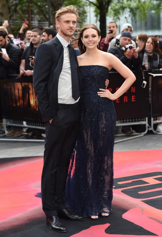 """Elizabeth Olsen et son boyfriend Boyd Holbrook lors de la première du film """"Godzilla"""" à Londres, le 11 mai 2014."""