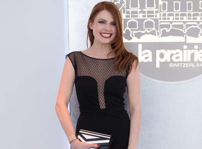 Elodie Frégé : petite robe noire pour un maximum d'effet !