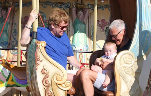 Photos : Elton John : sa jolie famille lui fait tourner la tête à Saint-Tropez !