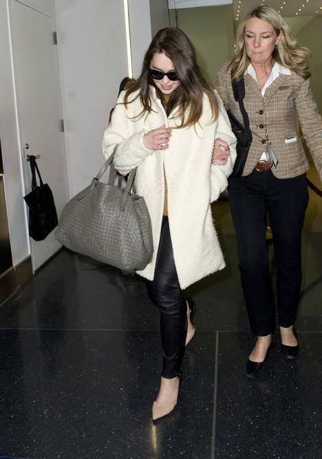 Emilia Clarke à l'aéroport de New-York le 17 mars 2014