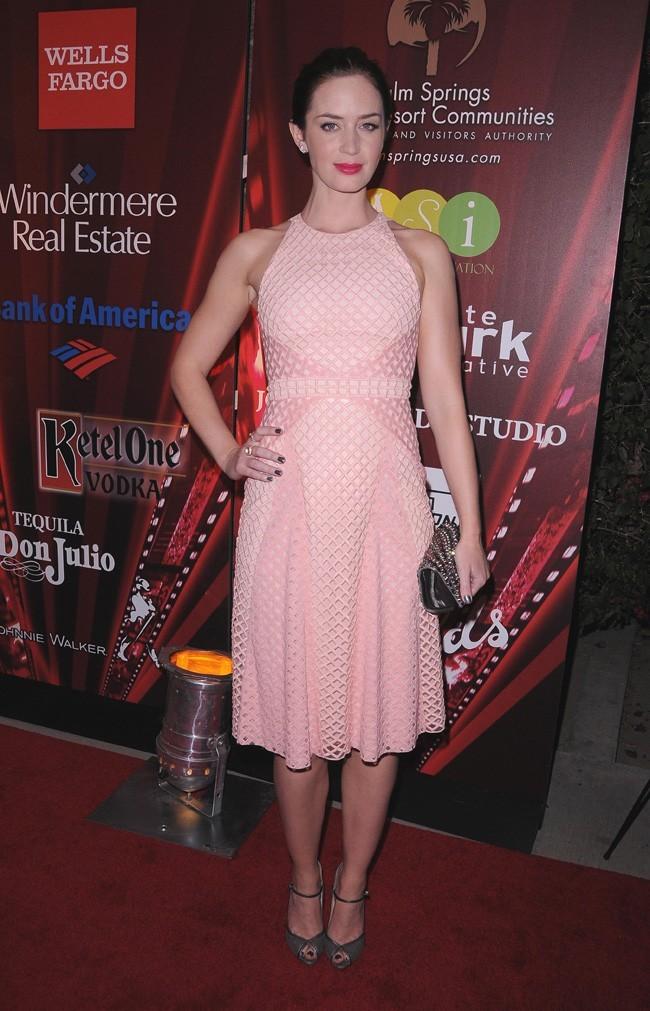 En robe rose, douce mais sévère !
