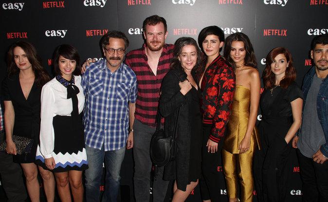 """Emily Ratajkowski dans un ensemble de la marque Josie Natori l'avant-première de la série """"Easy"""""""