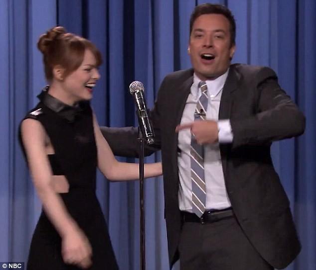 Emma Stone sur le plateau du Tonight Show with Jimmy Fallon à New York, le 28 avril.