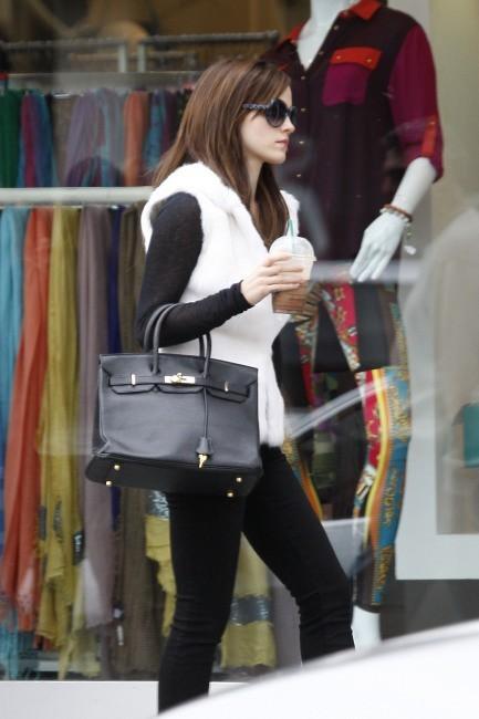 Photos - Emma Watson, méconnaissable en brunette bling-bling !