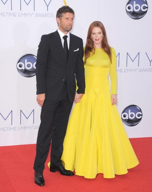 Julianne Moore et Bart Freundlich lors des Emmy Awards à Los Angeles, le 23 septembre 2012.