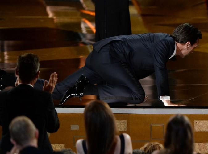 Emmy Awards 2015 : Jon Hamm buzze avec son insolite montée sur scène !