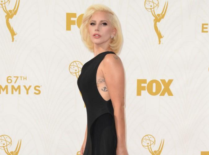 Emmy Awards 2015 : Lady Gaga : robe ultra-échancrée et grosse dose de tatoos !