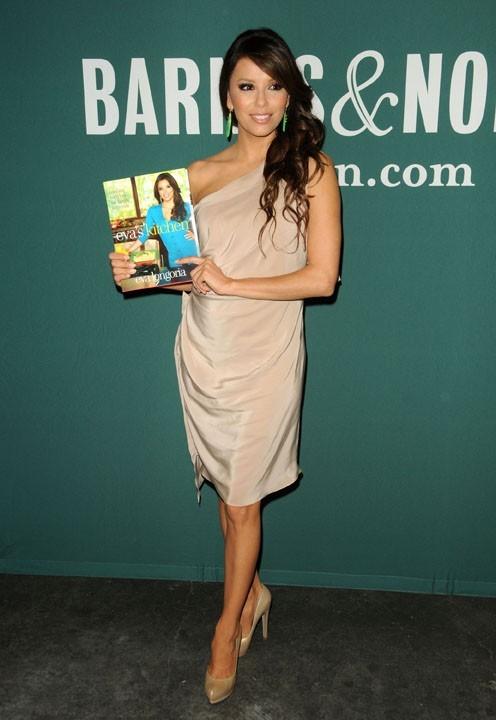 Eva Longoria en promo pour son livre chez Barnes & Noble à Los Angeles, le 13 avril 2011.