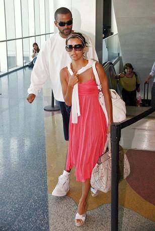Eva Longoria et Tony Parker à l'aéroport de Miami, après leur lune de miel dans les îles Turques et Caïques, le 14 juillet 2007.